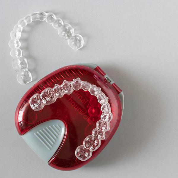 Prozirni ortodontski aparatić za zube